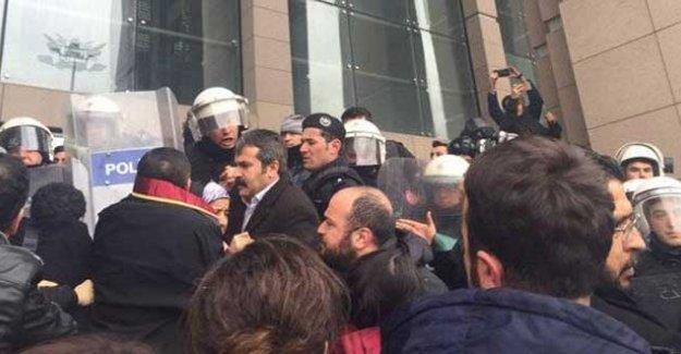 Adliyede basın açıklaması yapmak isteyen avukatlara polis engeli