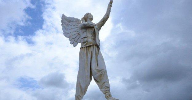 Kobani'de direniş heykeli