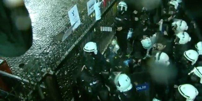 Polis Zaman gazetesinin önünde bekleyenlere müdahale etti