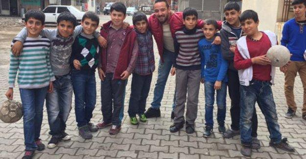 Sur'dan göçen çocuklara Deniz Naki sürprizi