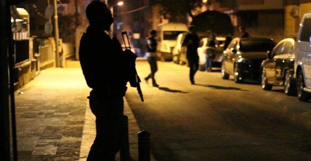Küçük Armutlu'da ev baskınları: 2 gözaltı