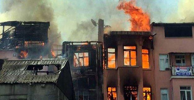 Balat'ta 3 bina yandı