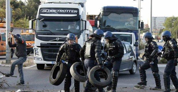 Fransa'da grev tüm rafinerilere yayıldı: Yakıt sıkıntısı başladı