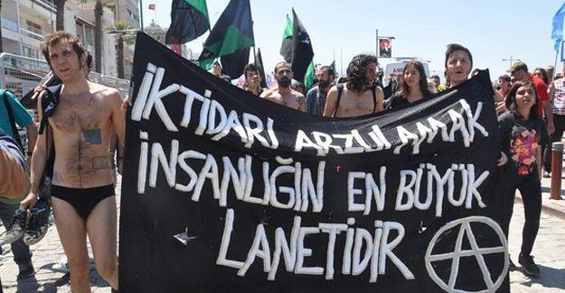 İzmir'de anarşistler 1 Mayıs alanına soyunarak girdi