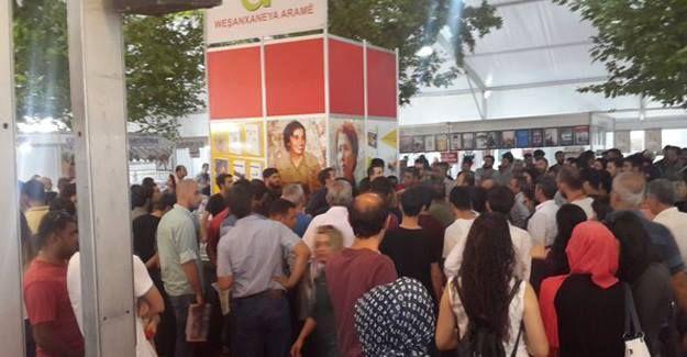 Polis, Aram Yayınevi'nin standını bu kez 'elinde uzun namlulu silahlar' ile bastı