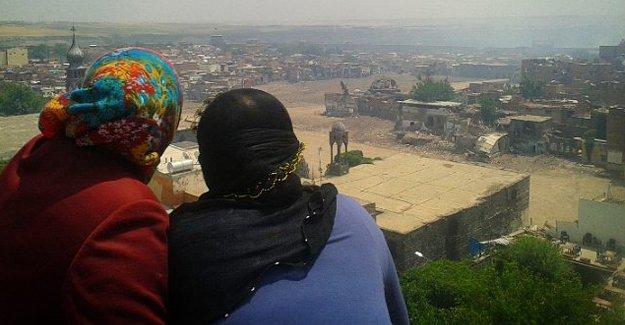 Rozerin ve Ramazan'ın aileleri cenazeler için Sur'a girdi