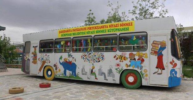 Van Gürpınar'da hurdaya ayrılan halk otobüsü halk kütüphanesine çevrildi