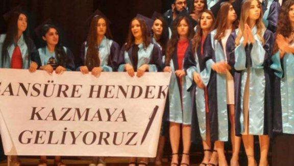 Ege Üniversitesi İletişim öğrencilerinin açtığı pankarta inceleme