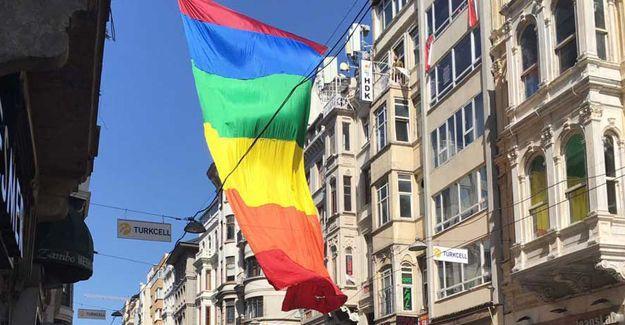 İstiklal'de LGBTİ bayrağı dalgalandı
