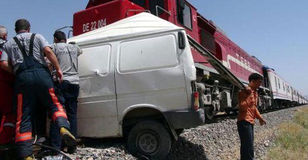 Tren minibüse çarptı: 4'ü Suriyeli 9 kişi yaşamını yitirdi