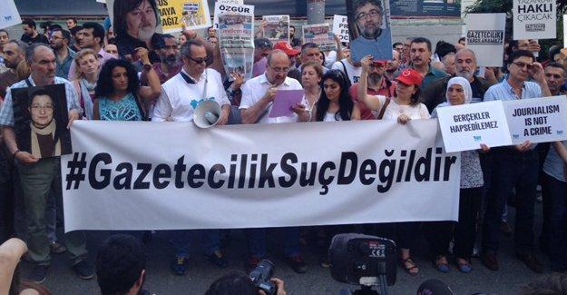 Tutuklu yayın yönetmenleri için Galatasaray'da eylem: Biat etmiyoruz