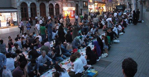 Yeryüzü Sofrası'nda ilk iftar barış dileğiyle açıldı