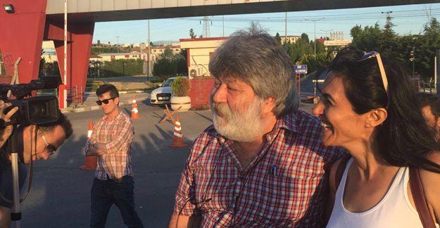 """Ahmet Nesin tahliye oldu: """"Bu davalar bizi açmıyor"""""""