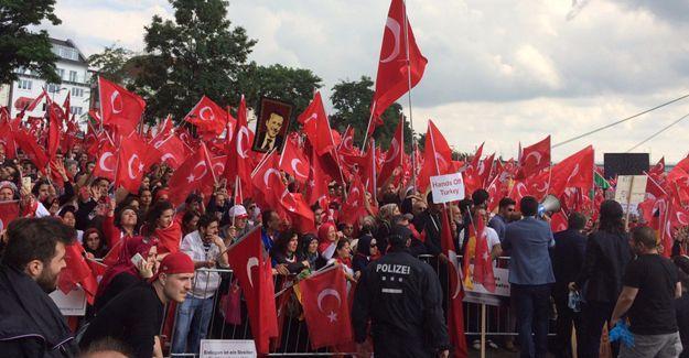 Almanya'da darbe karşıtı miting: Erdoğan'ın mesajı okundu