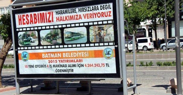 Batman Belediyesi'nin afişleri polis tarafından kaldırıldı