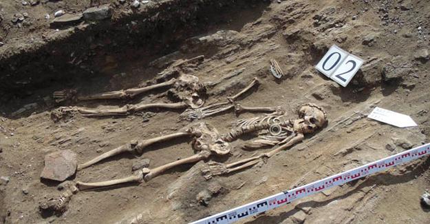 Bronz Çağı'na ait, el ele tutuşan çiftin mezarı bulundu