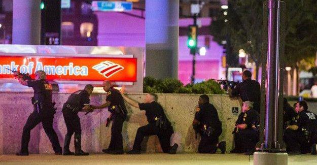 Dallas'ta keskin nişancı saldırganlar beş polis öldürdü
