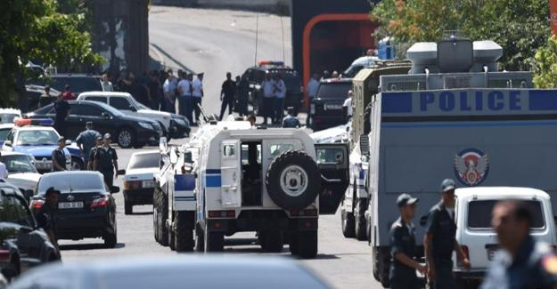 Ermenistan'da gerginlik sürüyor, üç rehin serbest bırakıldı