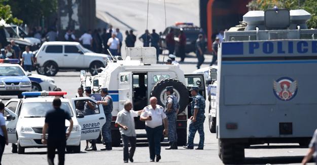 Ermenistan'da polis karargâhına baskın