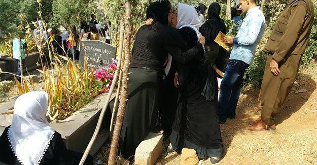 Roboski mezarlığında buruk bayram kutlaması