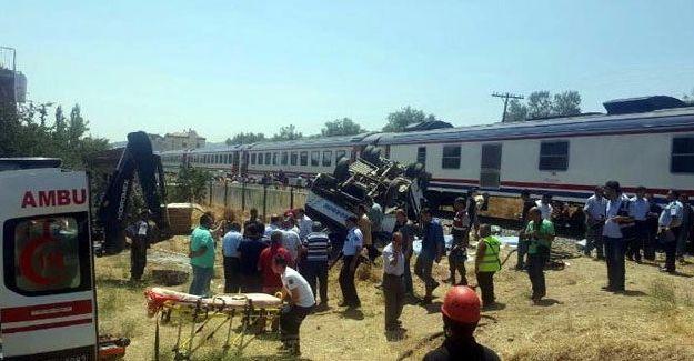Yolcu treni tarım işçilerini taşıyan minibüse çarptı