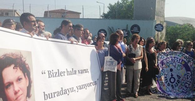 Aslı Erdoğan için Özgürlük Nöbeti başladı