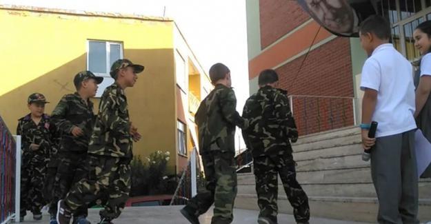 Bursa'da asker üniformalı çocuklara 'darbe' gösterisi yaptırdılar!