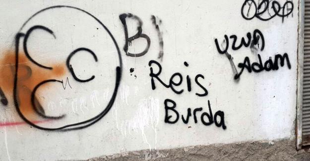 Diyarbakır'da polisin duvara yazı yazmasını fotoğraflayan gence şiddet