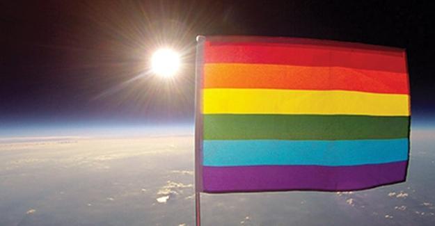 LGBTİ bayrağı uzayda dalgalandı