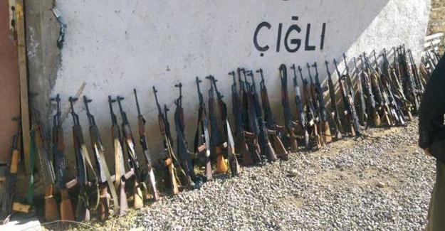 Hakkari'de köy koruculuları silah bıraktı