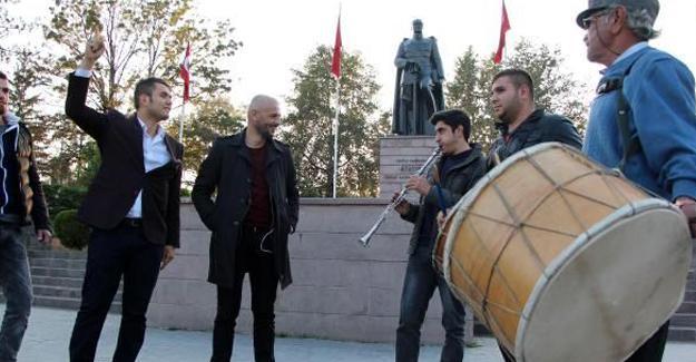 HDP İl Başkanı'nın gözaltına alınmasını davul zurna ile kutladı