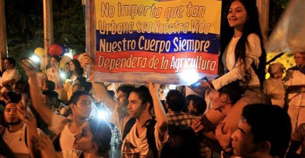 Kolombiya'da 14 kent barış için sokağa döküldü
