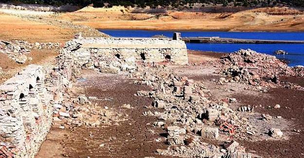 Baraj suları çekilince 3 asırlık köy ortaya çıktı