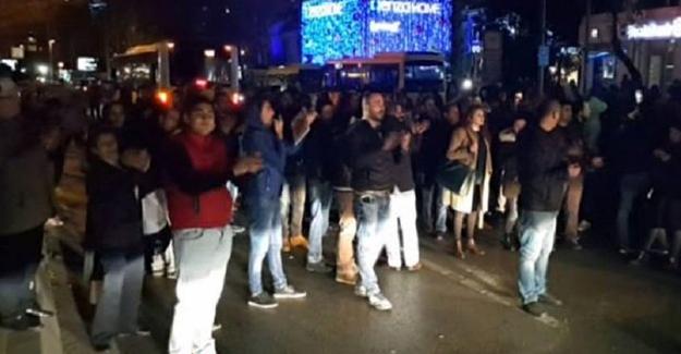 Otobüs gelmemesine tepki gösteren yolcular, yolu trafiğe kapattı