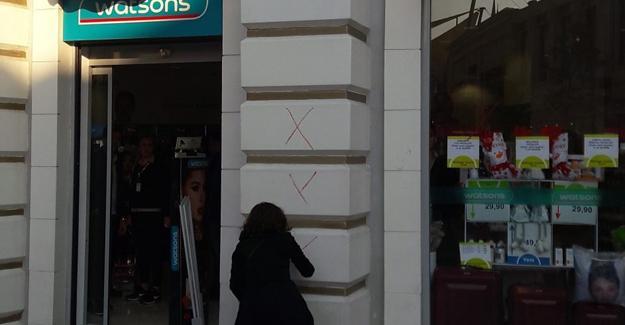 Kadınlar protesto etti, Watsons kepenk kapattı