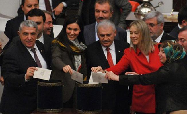 317 vekilden oluşan AKP grubu, anayasa değişiklik paketine 319 imza atmış