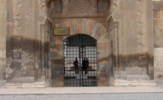 Konya'da 763 yıllık medrese eriyor!