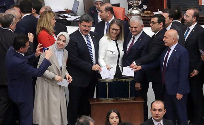 """""""Anketlere göre, AKP'nin tabanında da 'hayır' diyen var"""""""