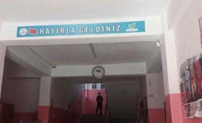 Okulda referandum ayarı: 3 yıl önce asılan 'hayır' tabelaları değiştirildi