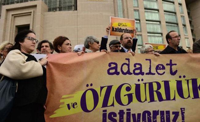 Guardian yazarı: Türkiye'nin gerçekliği kurgudan bile tuhaf