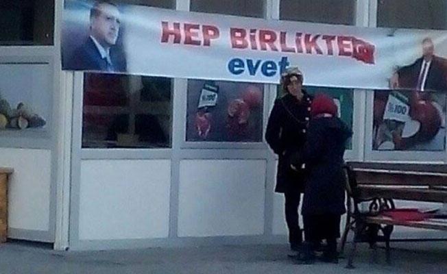 Kars Harakani Devlet Hastanesi'nin girişine 'evet' pankartı asıldı