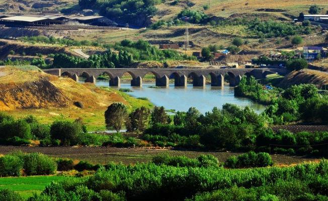 Tarihi On Gözlü Köprü'nün iki gözü toprakla dolduruldu
