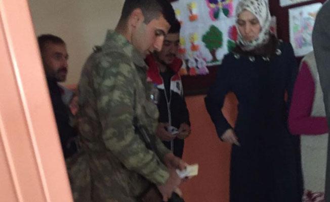 Van'da asker ve korucular sandık görevlilerini tehdit etti iddiası