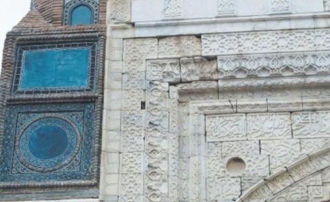 750 yıllık Gökmedrese'nin çinileri asitle kazındı, maviye boyandı
