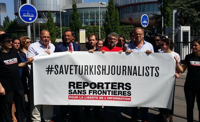 AİHM önünde Türkiyeli gazetecilerle dayanışma