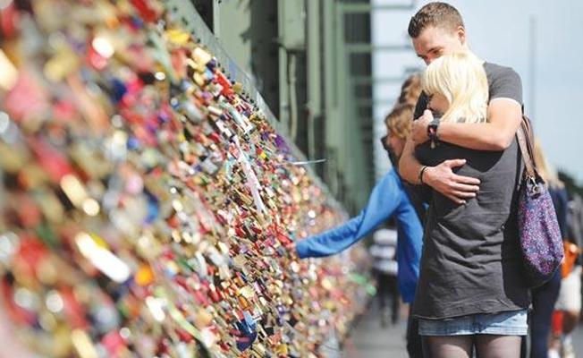 Aşk kilitleri mülteciler için satılacak