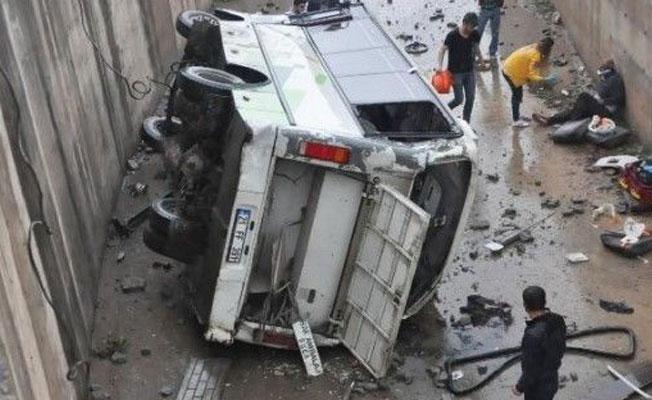 İşçi midibüsü dereye uçtu: 15 yaralı