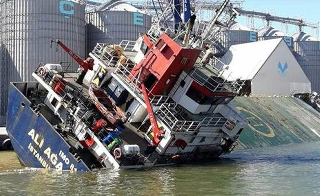 Kargo gemisi yan yattı: 12 yaralı