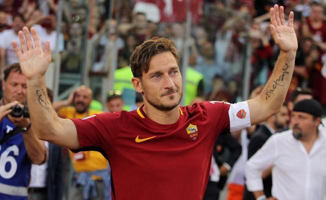 Roma efsanesi Totti futbola veda etti