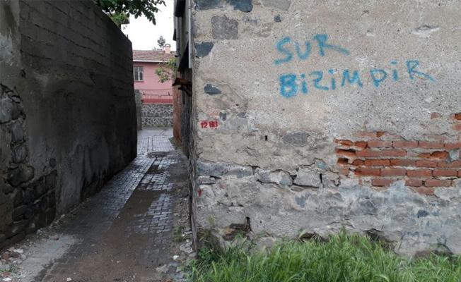 Sur'da halk yıkıma direndi, kepçe mahalleye sokulmadı